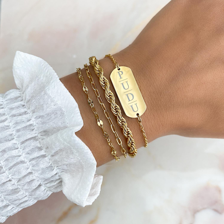 Trendy goudkleurige armband om de pols