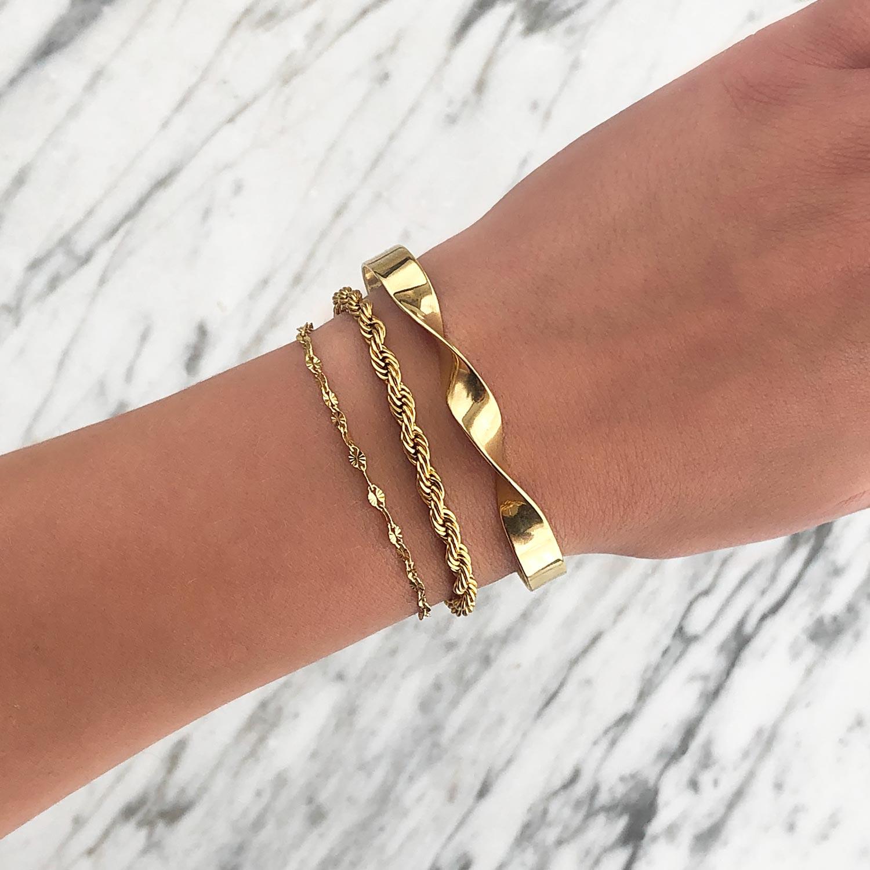 Goud kleurige sieraden om de pols voor een trendy look