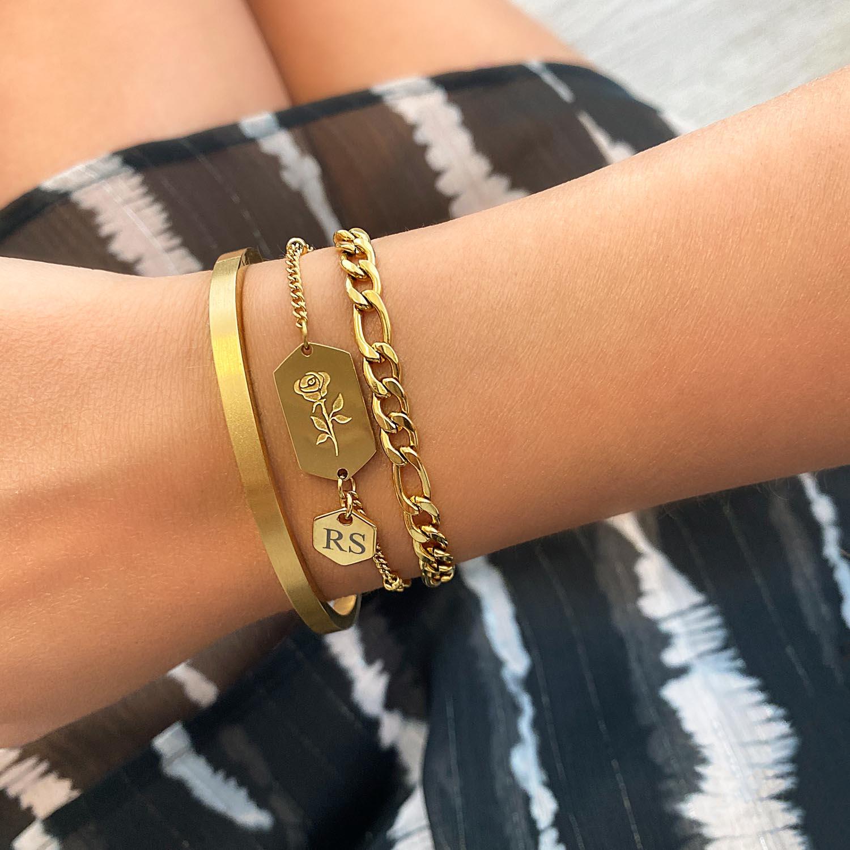Mooie armband met gravering om de pols voor een trendy look