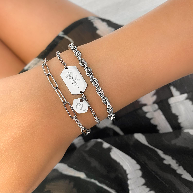 Armband met hangertje om de pols voor een mooie look