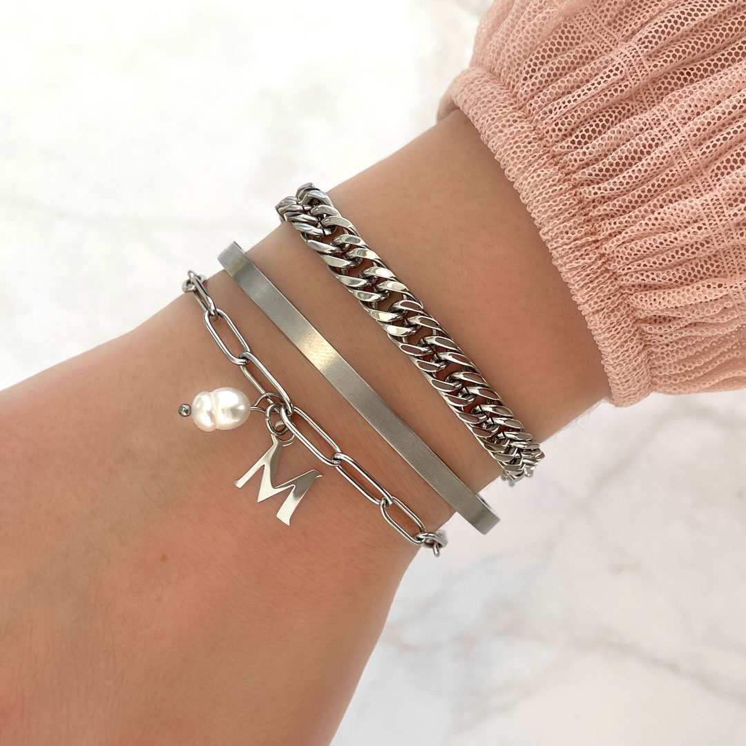 Chunky armband met initial om pols