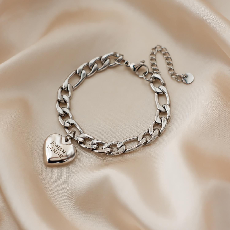 Mooie armband met een bedel met hart op satijn