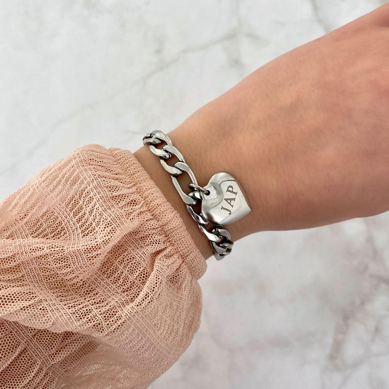 Armband met bedel om de pols met een roze top