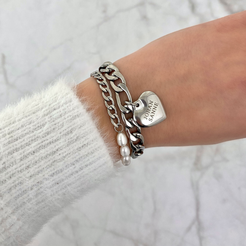 Mooie armbanden met gravering en een bedel