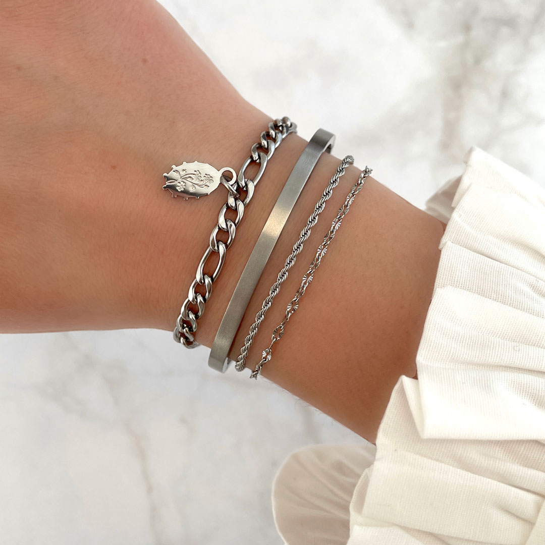 Flower charm armband om pols