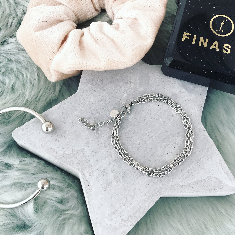 Grijze ster met zilveren armbandjes en creme scrunchie