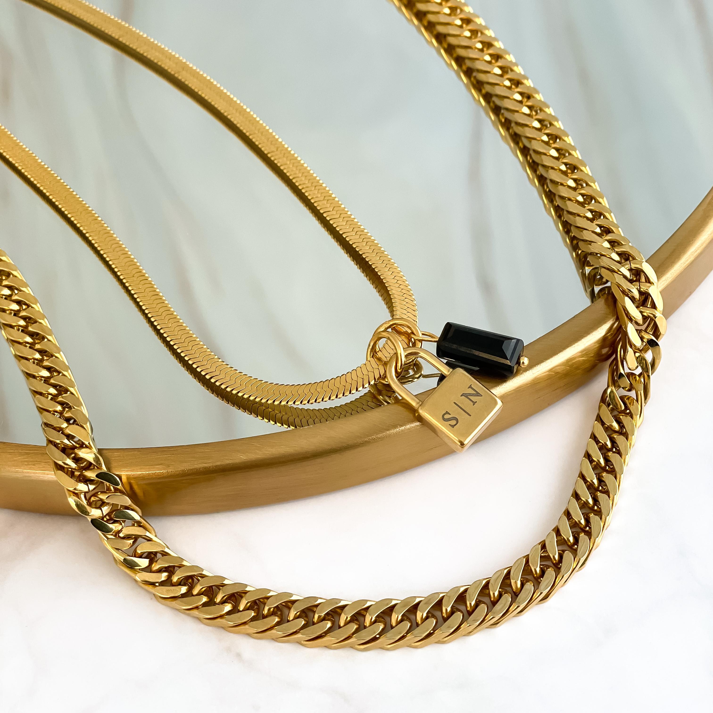 Super leuke trendy kettingen op spiegel in het goud