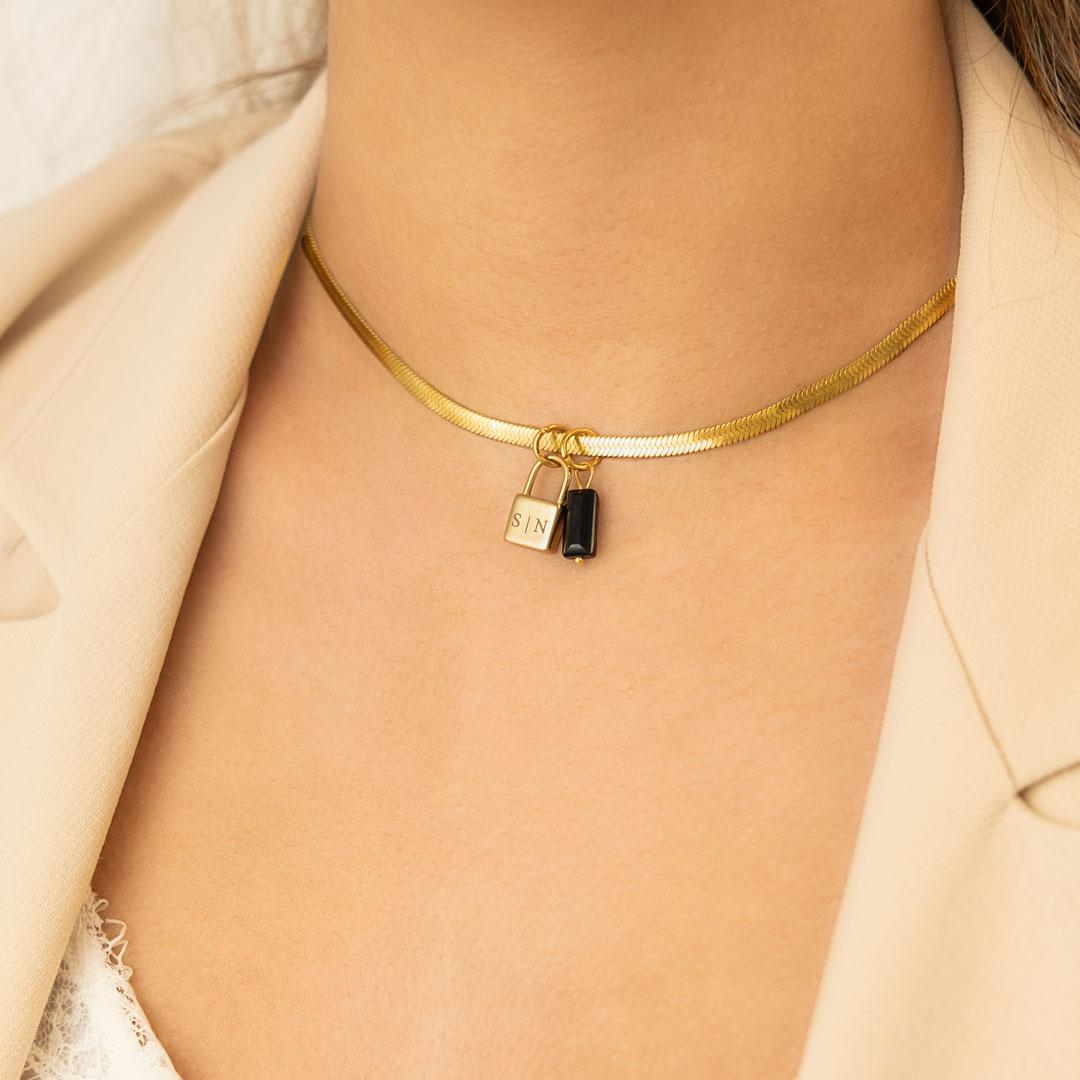 Gouden choker ketting met slotje om hals