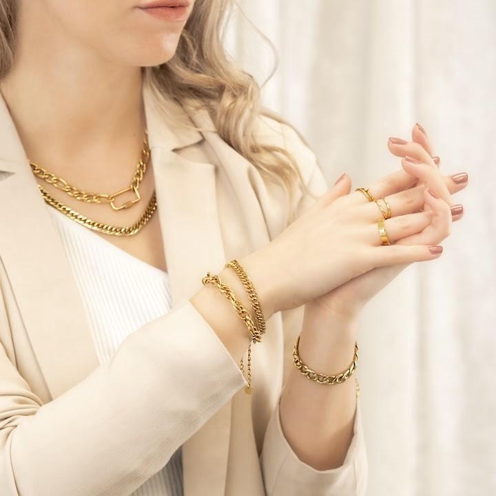 Gouden sieradenlook met ringen
