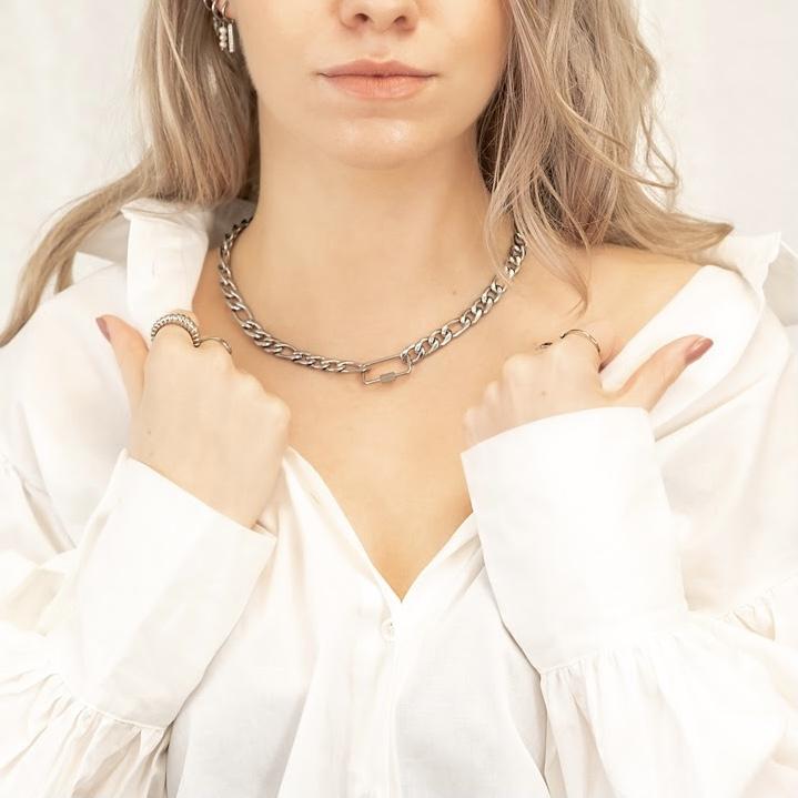 Meisje draagt mixed chain ketting zilver