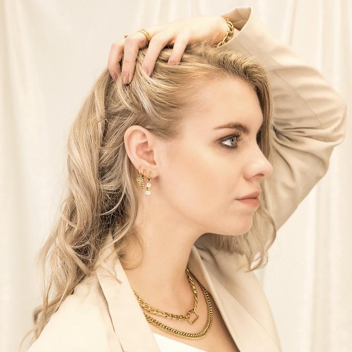 Gouden chain ketting bij vrouw om hals