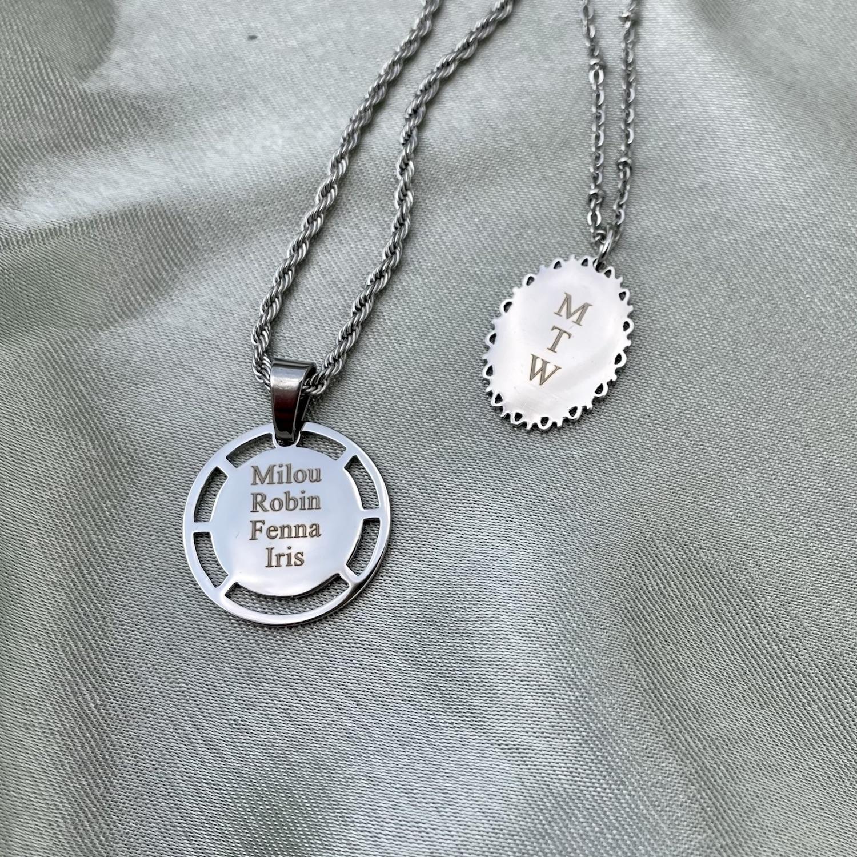 Zilveren naam kettingen op satijn