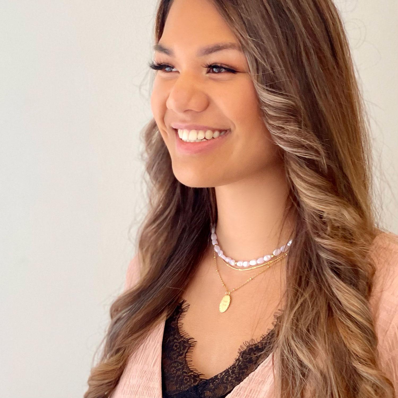 Vrouw draagt mooie gouden sieraden