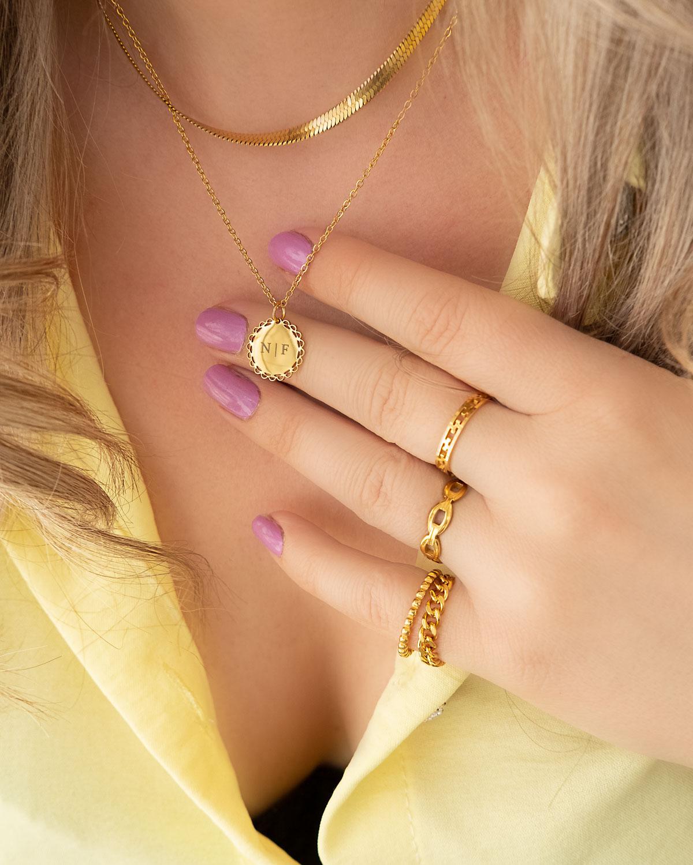 Mooie gouden sieraden look met initial ketting