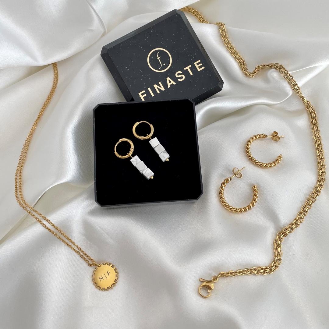 Mix van gouden sieraden op satijn
