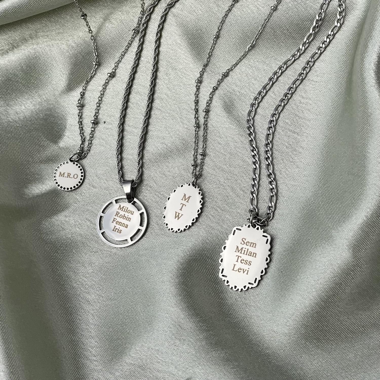 Naam en initialen kettingen op satijn