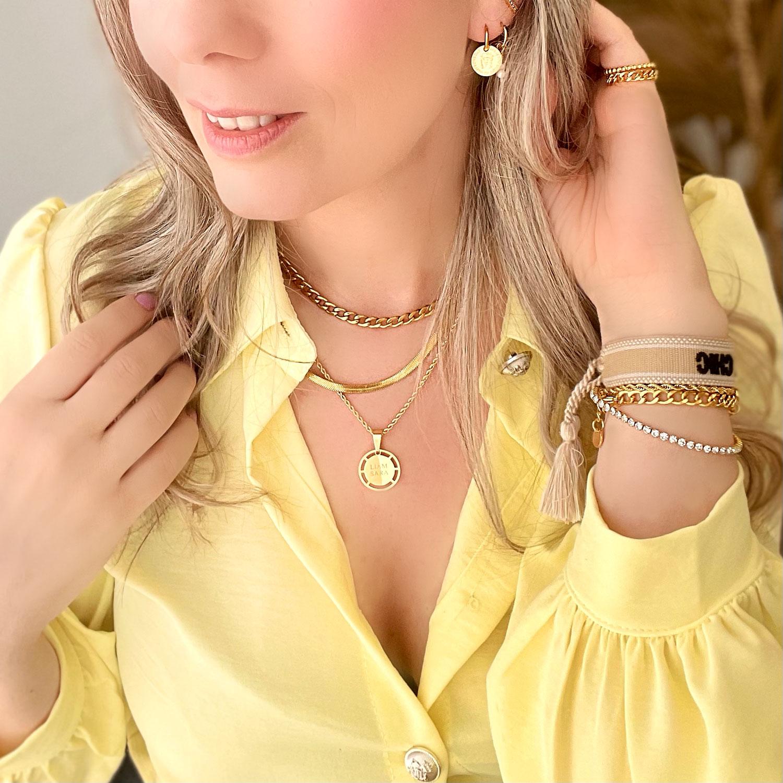 Vrouw draagt gouden sieraden look