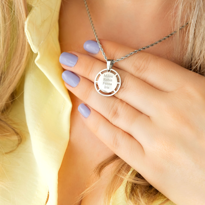 Vrouw draagt zilveren ketting met namen