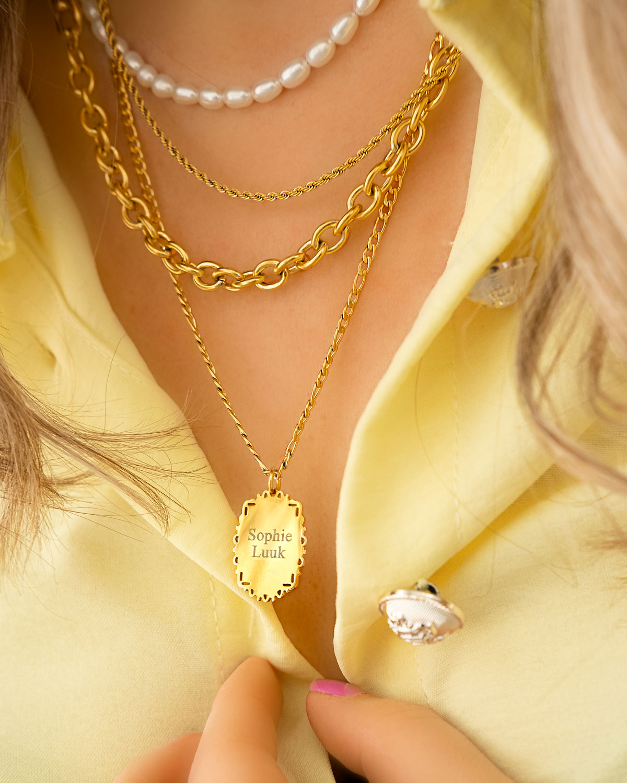 Gouden necklace layer om hals
