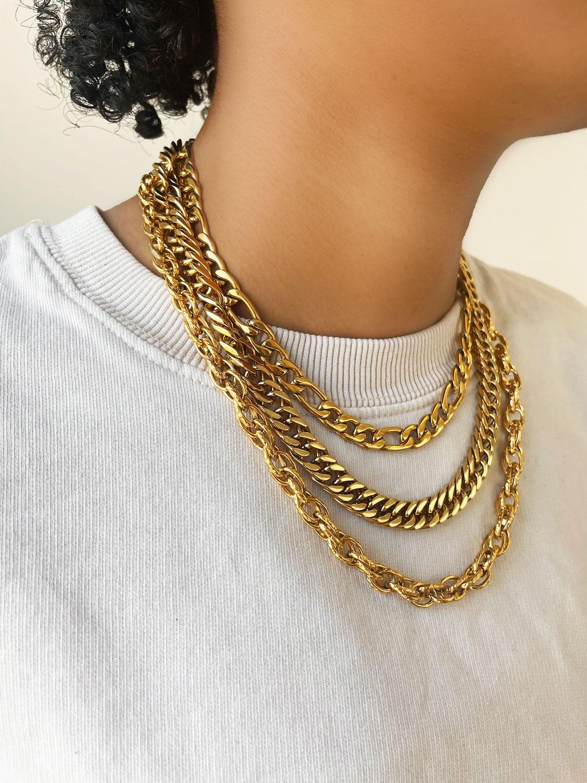 Mooie chunky chains goudkleurig om de hals van het model
