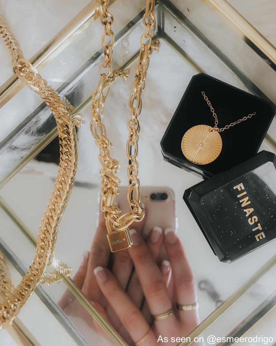 Mix van gouden kettingen op spiegel