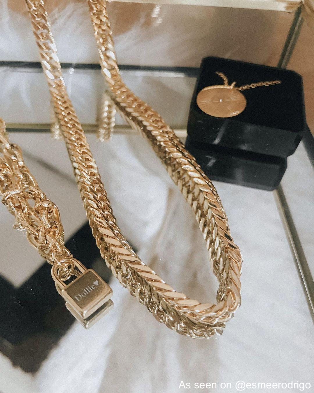 Drie gouden kettingen met sieradendoosjes