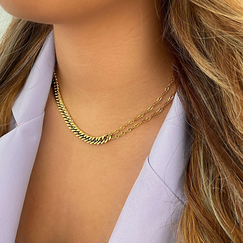 Vrouw draagt mooie gouden chain ketting mix