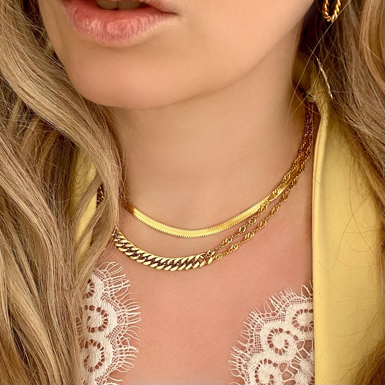 Vrouw draagt gouden chain kettingen