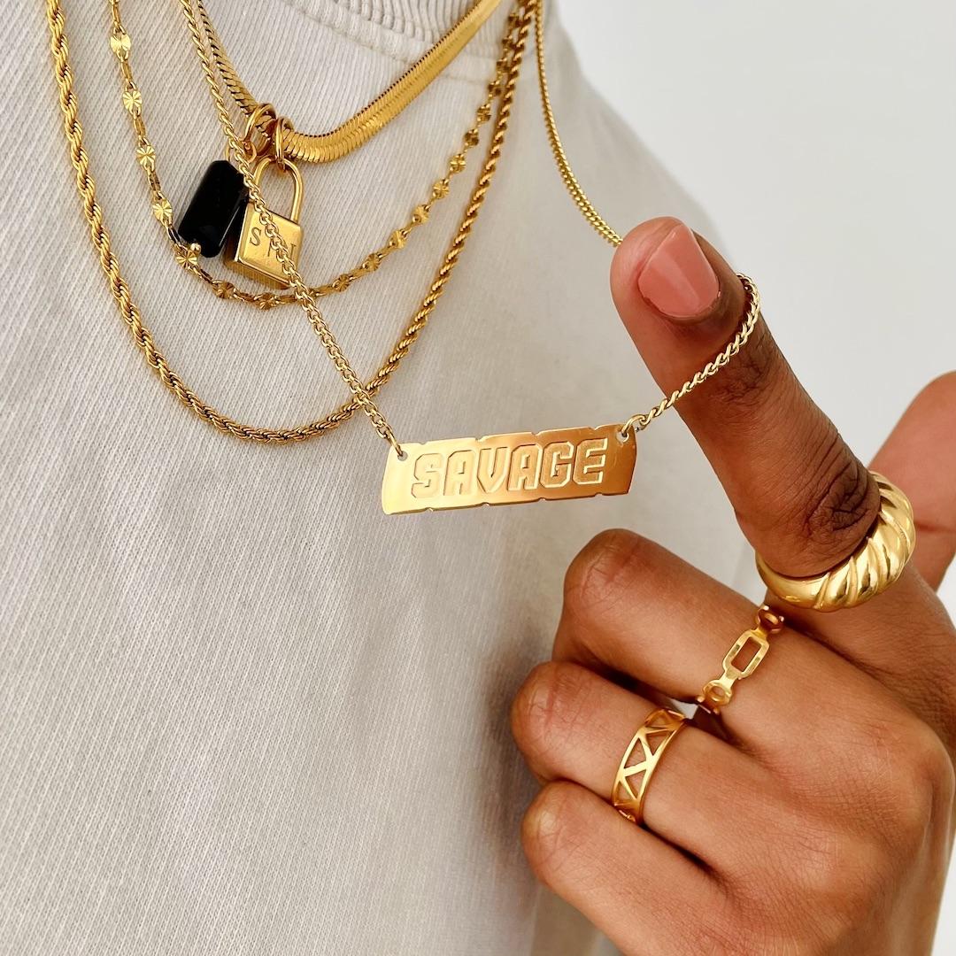 Mooie kettingen om de hals van het model in het goudkleurig