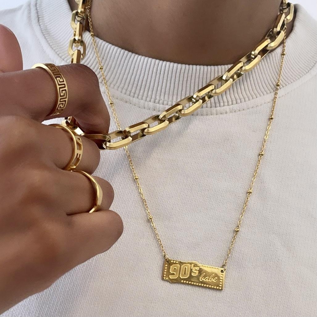 Mooie ring met print om de vinger van het model in het goud