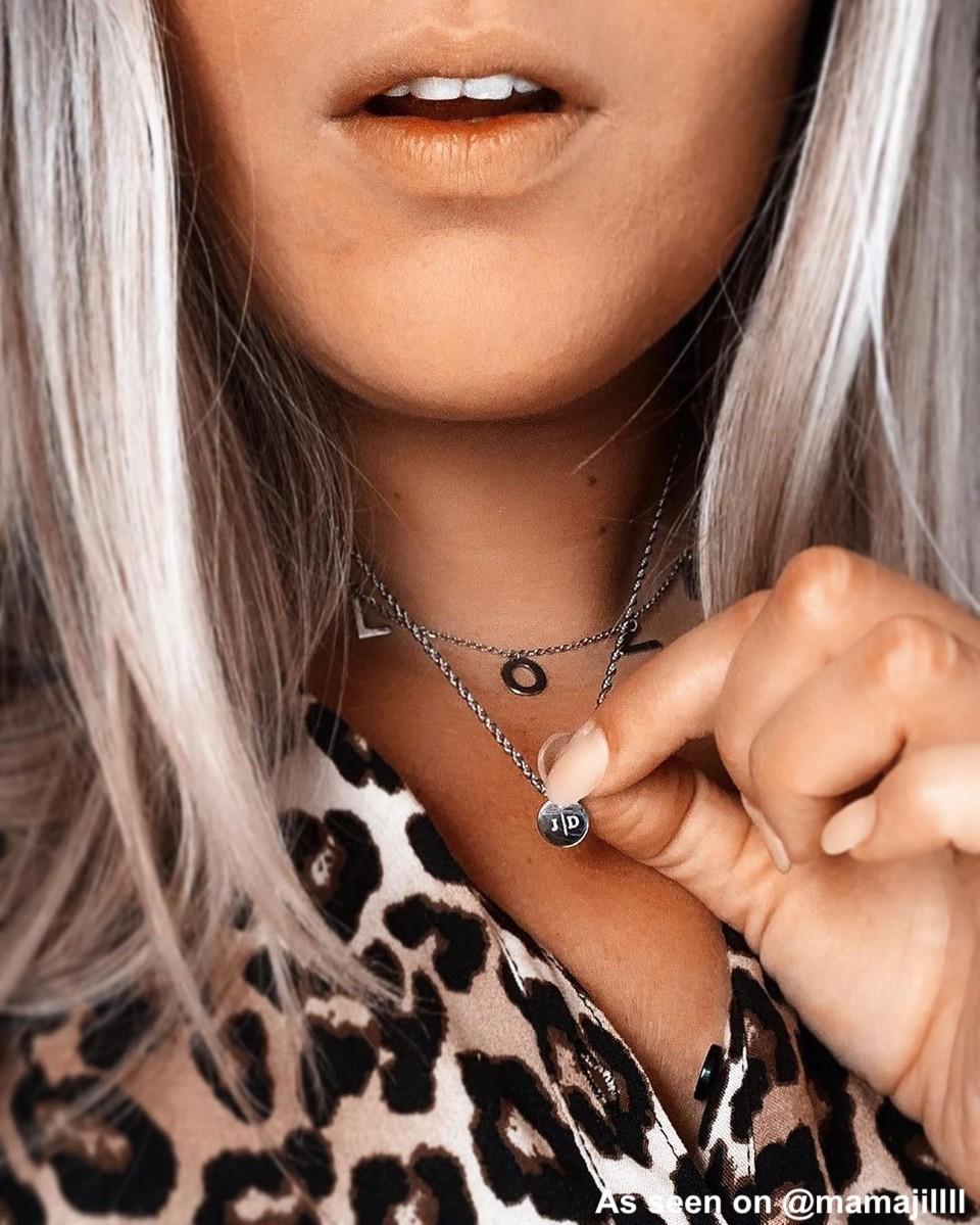 Vrouw met necklace layer van Finaste