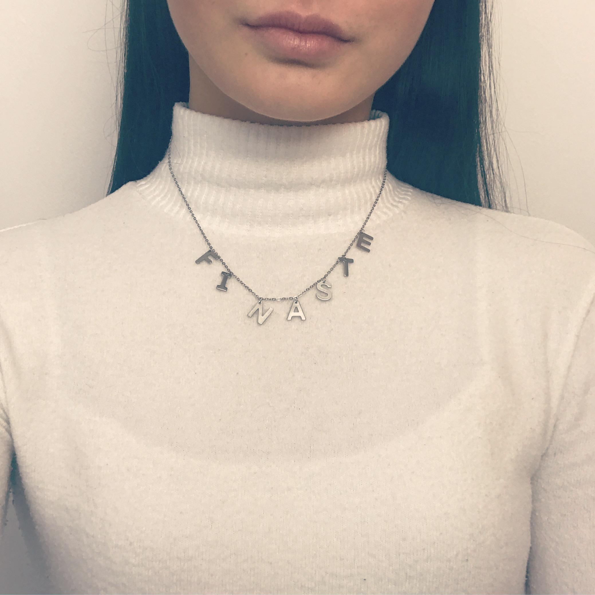 Meisje draagt zilveren ketting met finaste