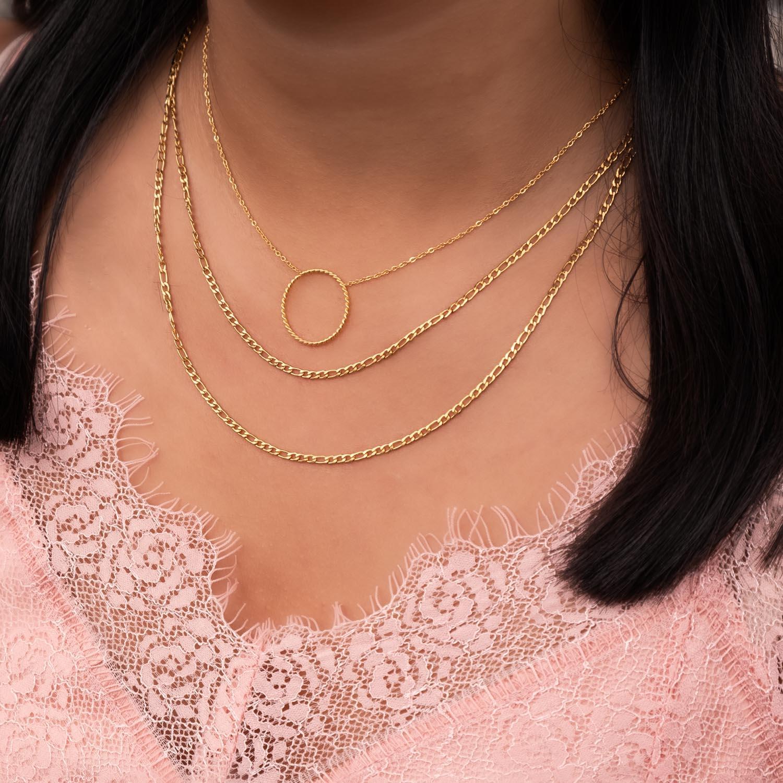 Gouden kettingen in een basis set met roze top
