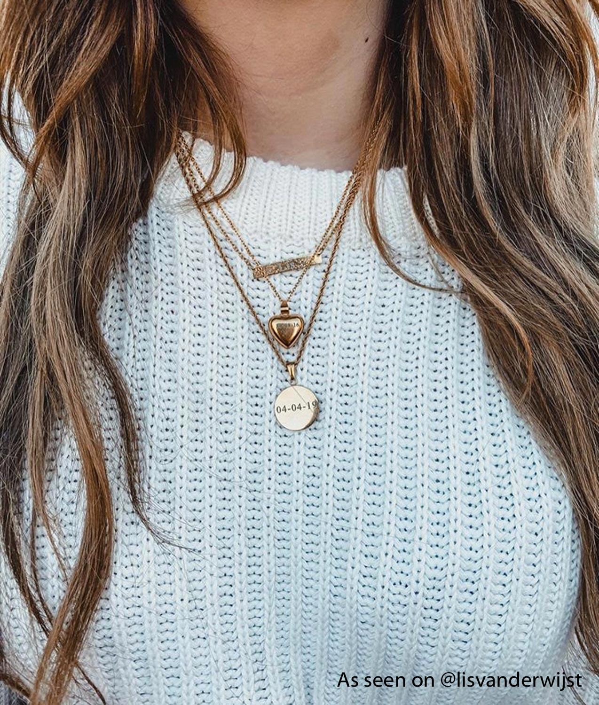 Influencer met graveerbare kettingen in het goud om hals
