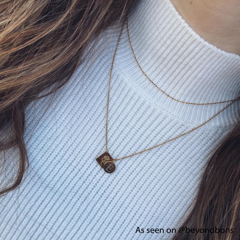 Influencer draagt minimalistische ketting in het goud