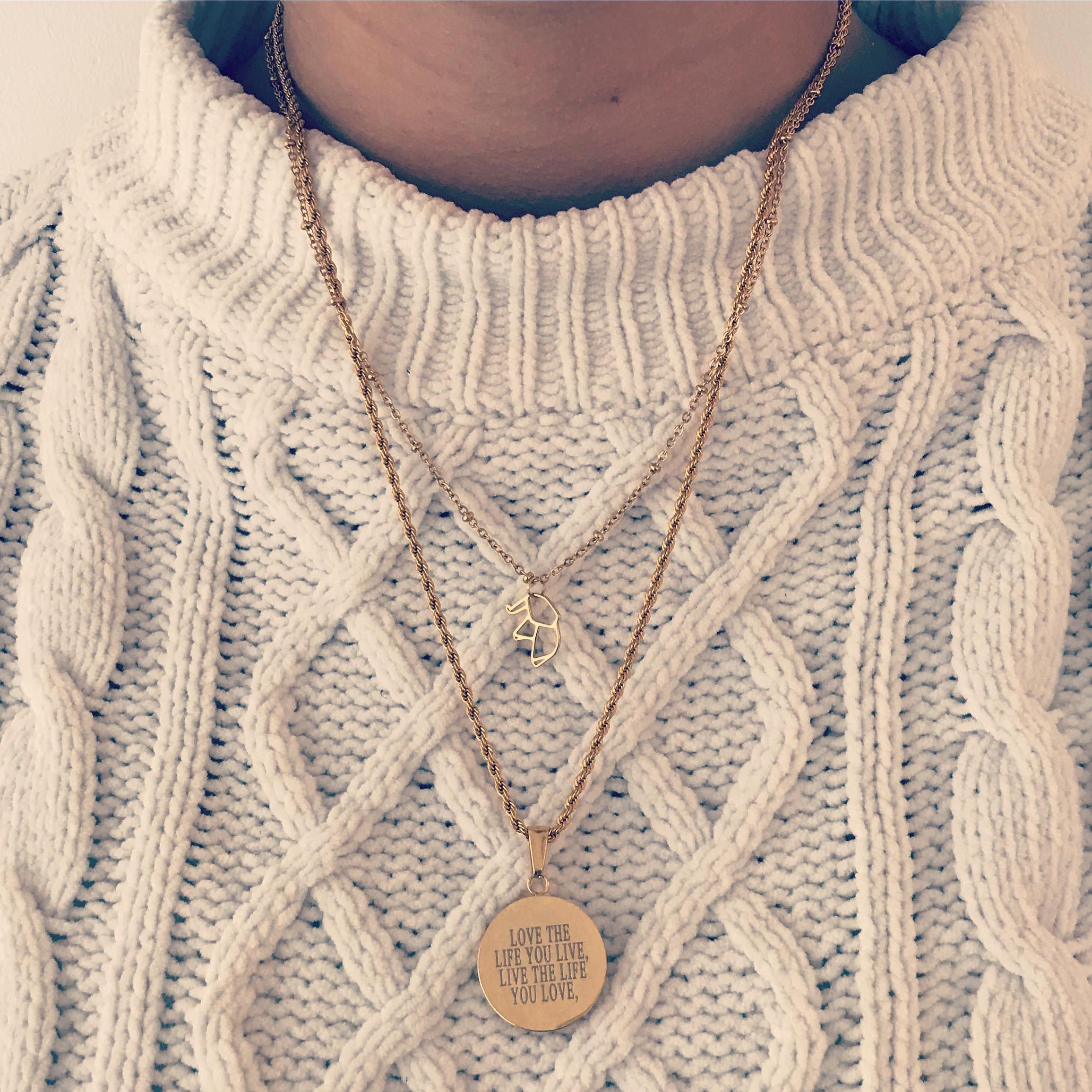 Gouden kettinkjes combinatie op beige trui