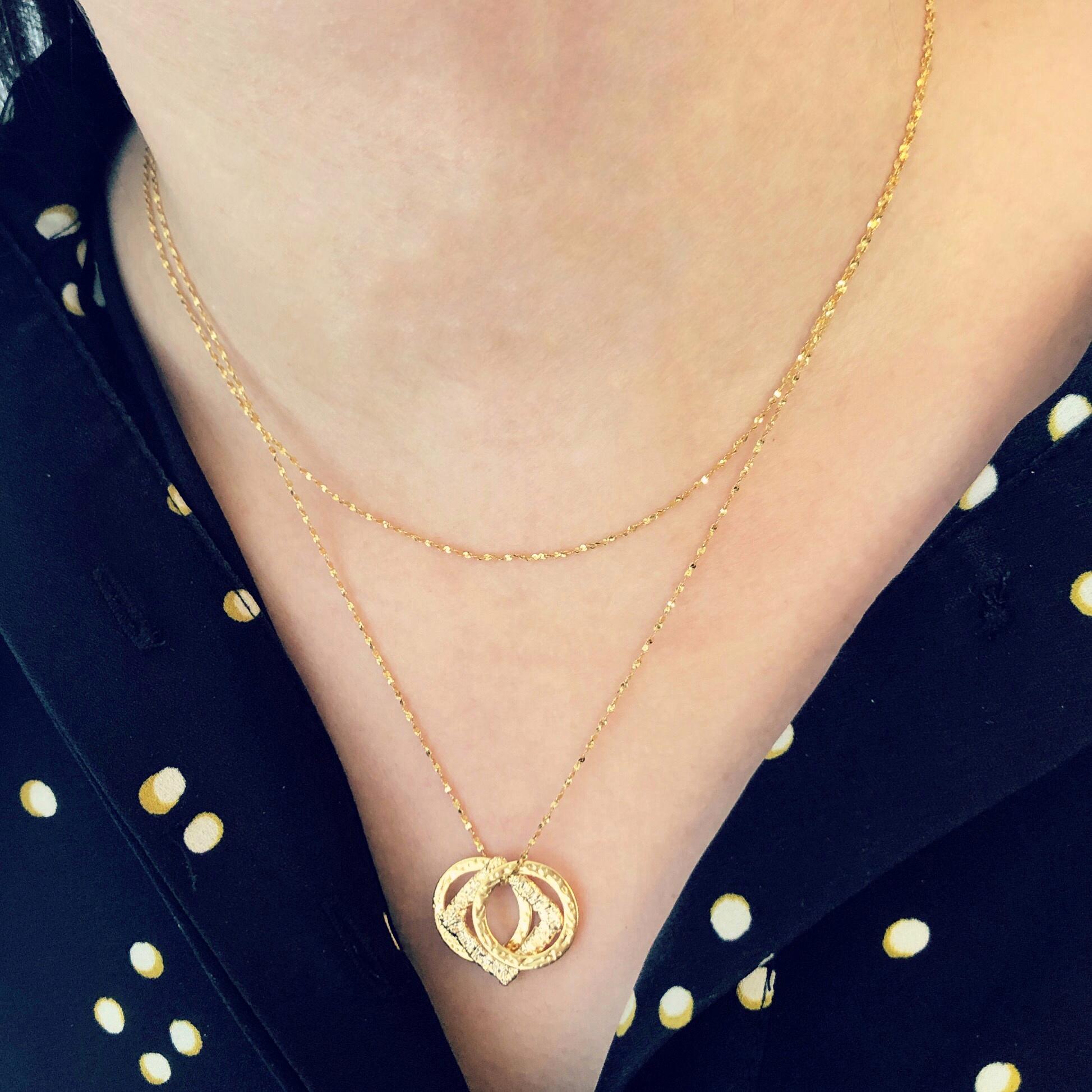 Twee minimalistische gouden kettinkjes gecombineerd met elkaar