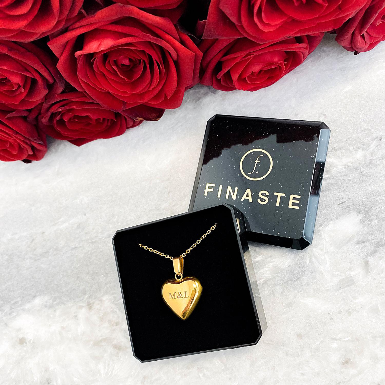 Gouden hart met gravering in een sieradendoosje om te kopen