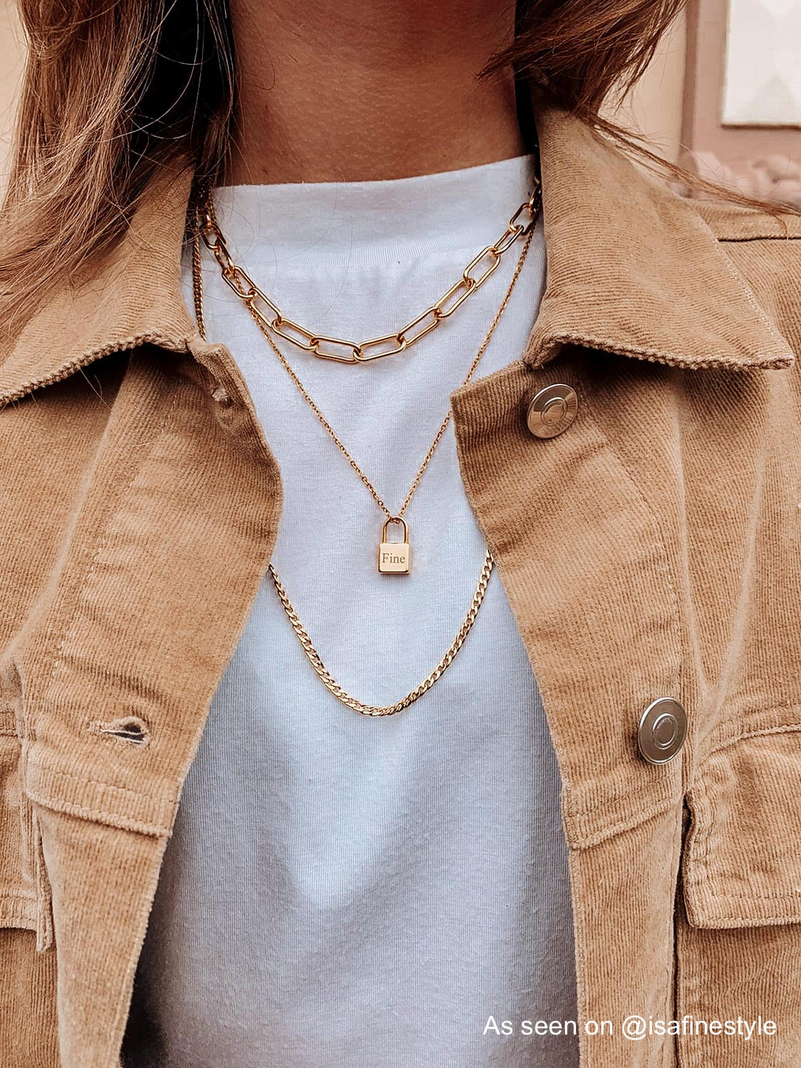 Influencer draagt necklace layer van Finaste