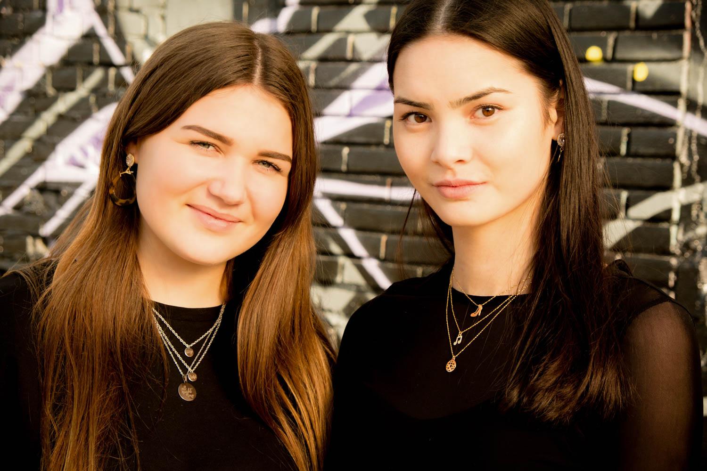 Twee meisjes met party sieraden van Finaste op een feestje