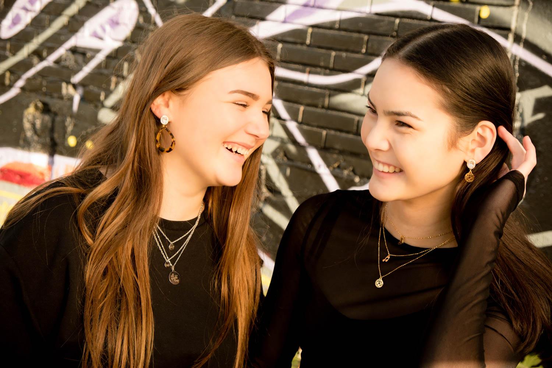 Twee meisjes met Finaste party sieraden op een festival