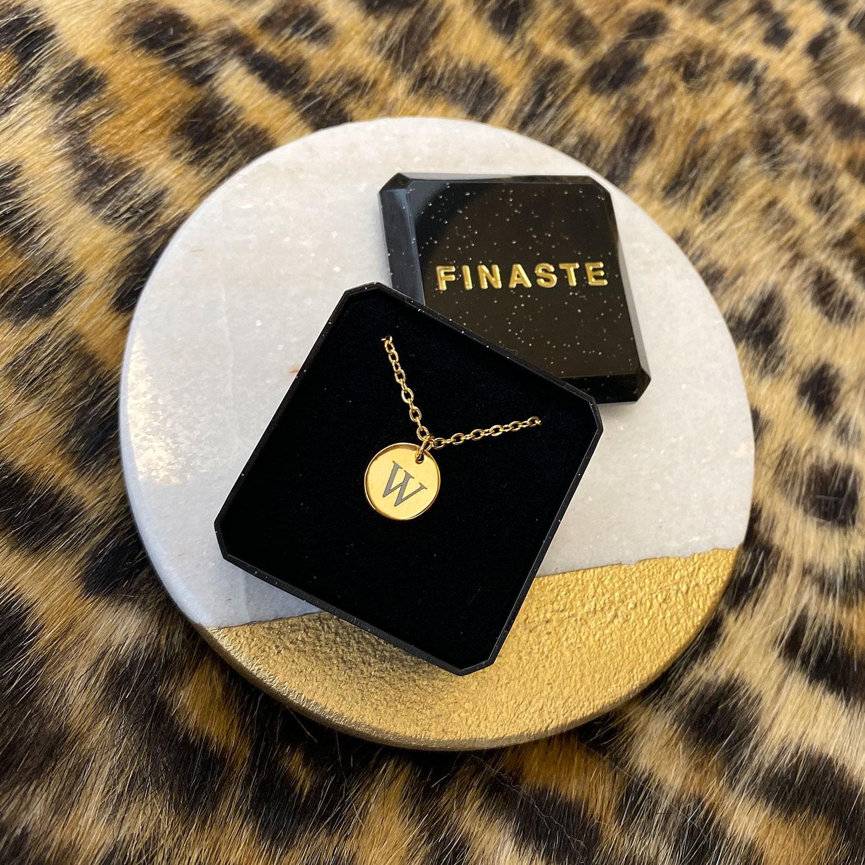 Gouden initialen ketting in sieradendoosje