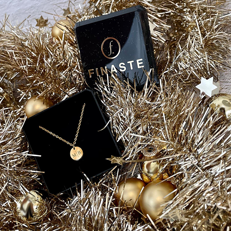 Goud initialen kettinkje in sieradendoosje als kerstcadeau