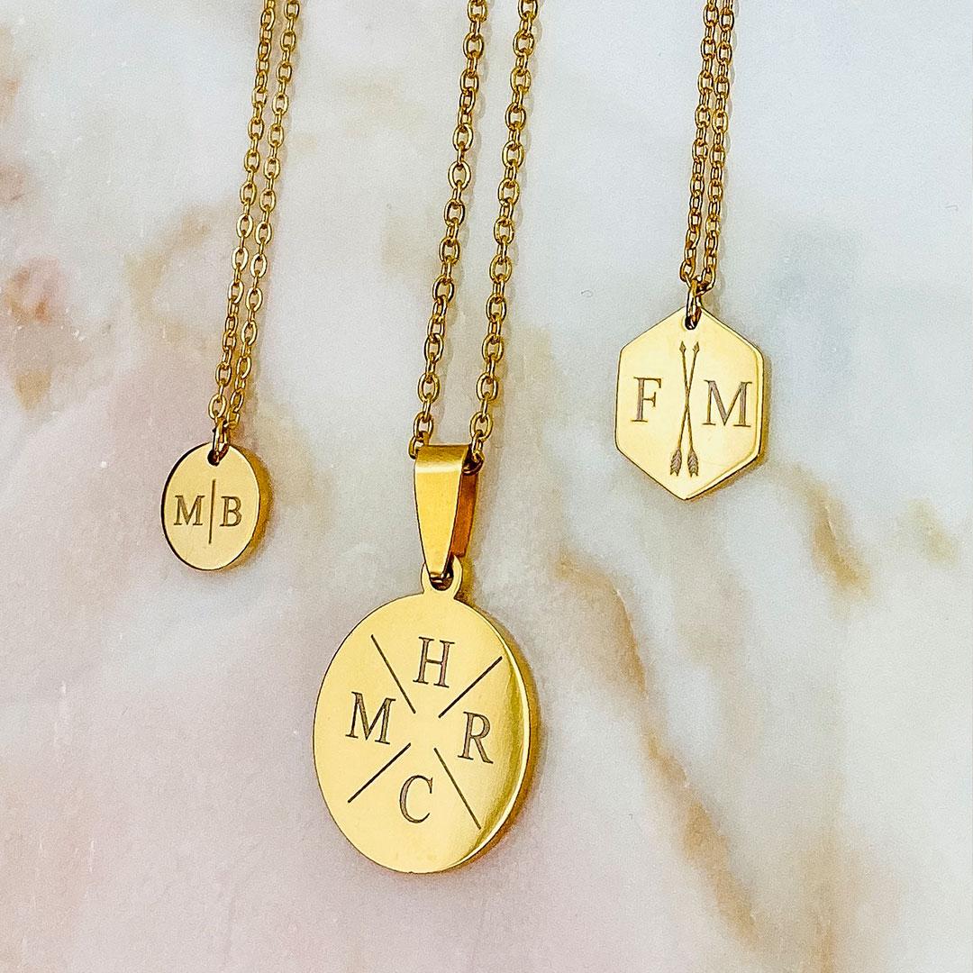 Trendy gouden kettingen met letters erop