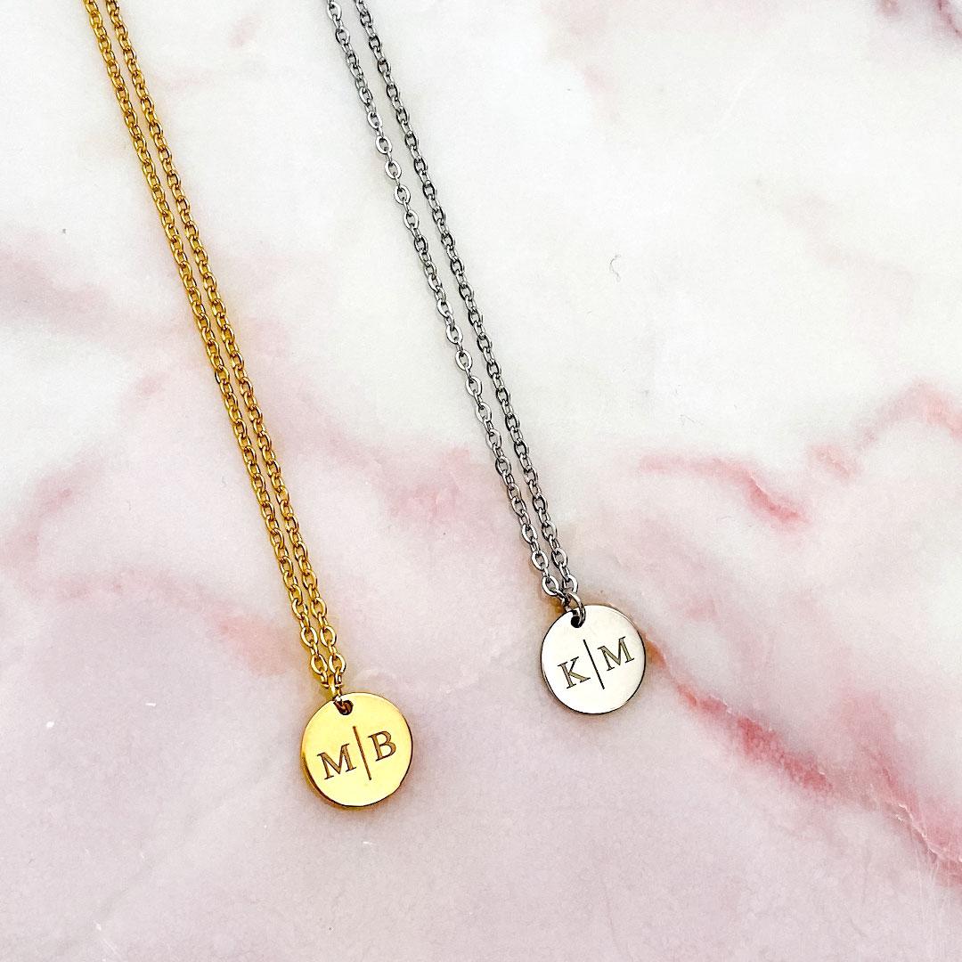 Goudkleurige ketting en zilverkleurige ketting met letters