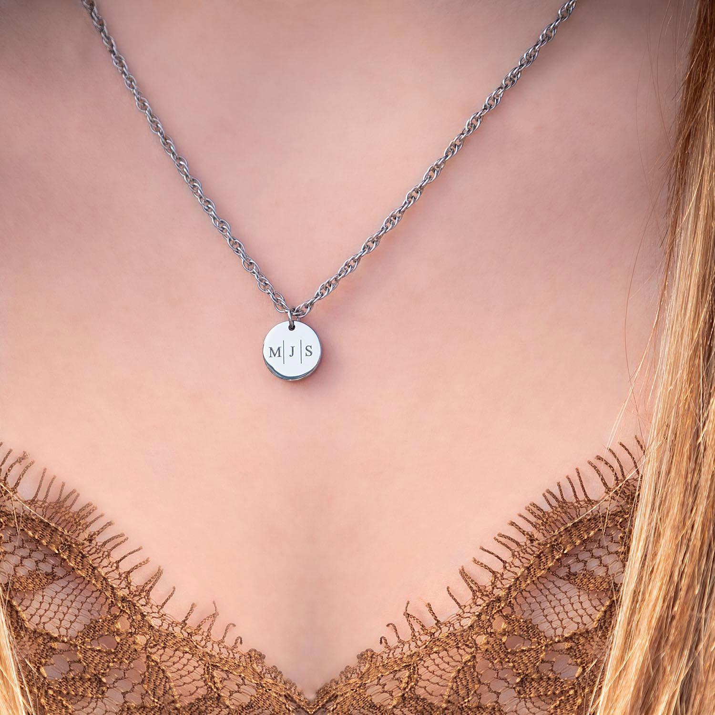 Zilveren graveerbare ketting om de hals met intiialen