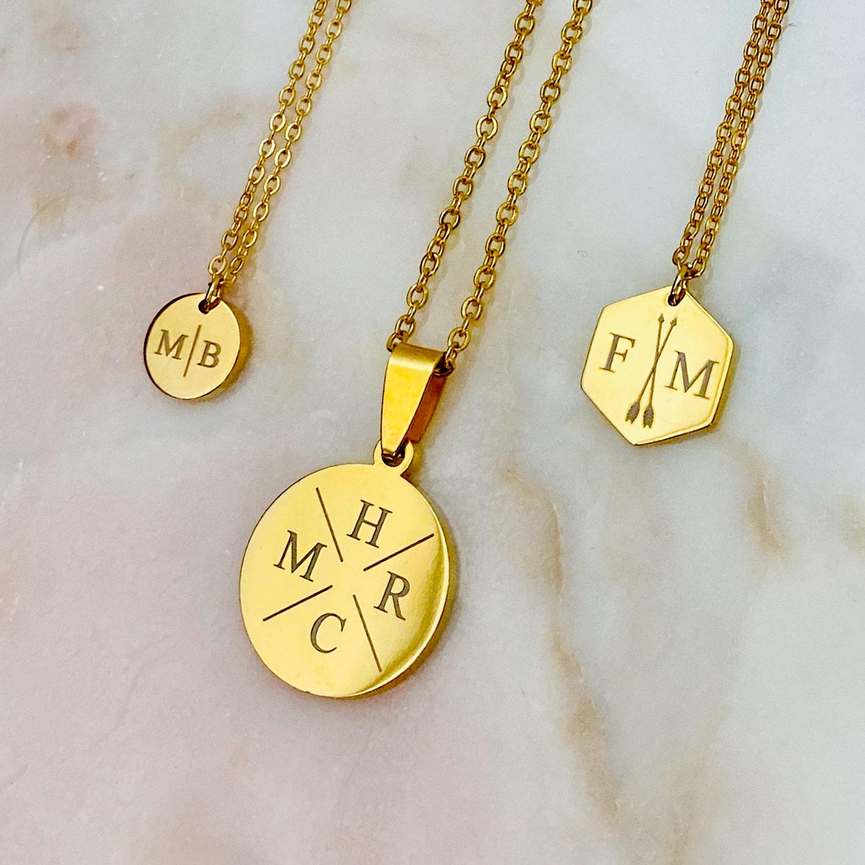 Goudkleurige letter kettingen op een plaatje om te kopen