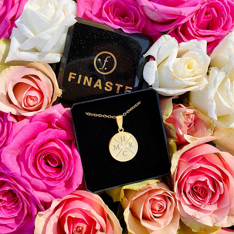 Mooie gouden ketting met letters in een sieradendoosje