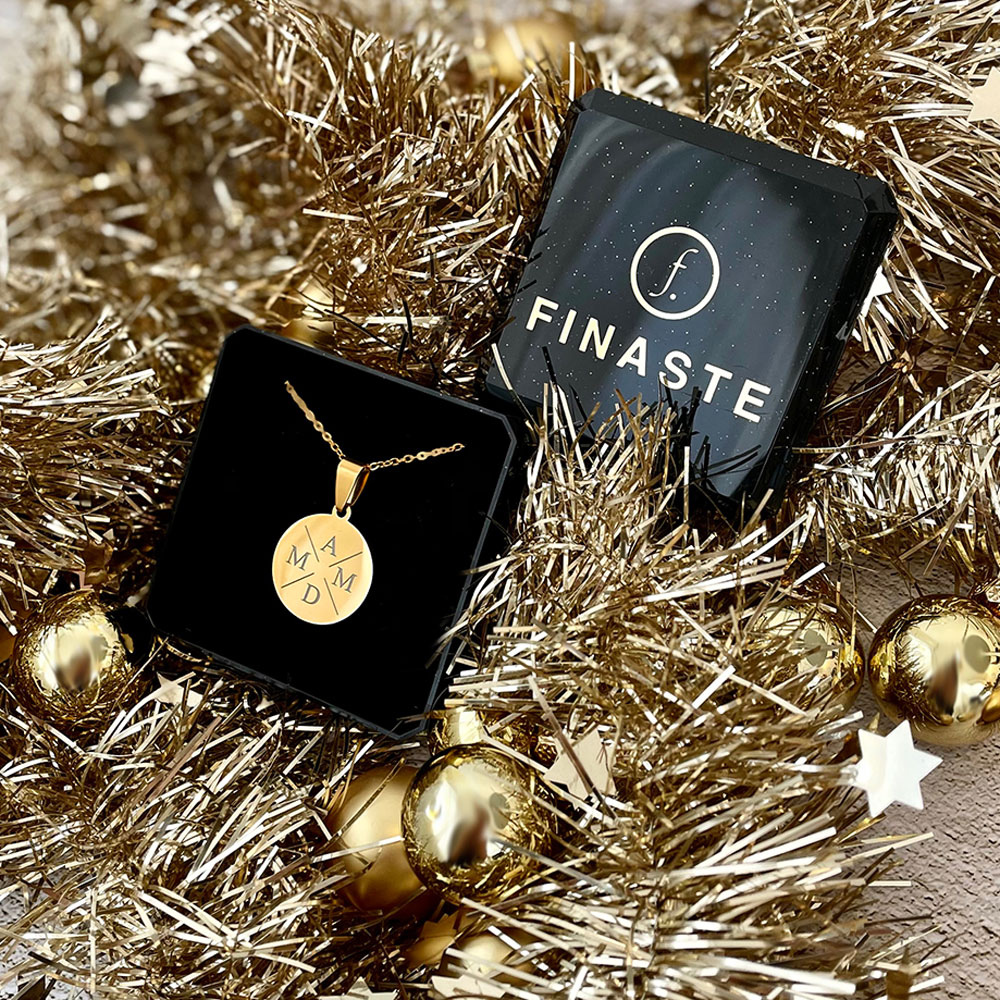 Vier initialen ketting in de kleur goud als kerstcadeau