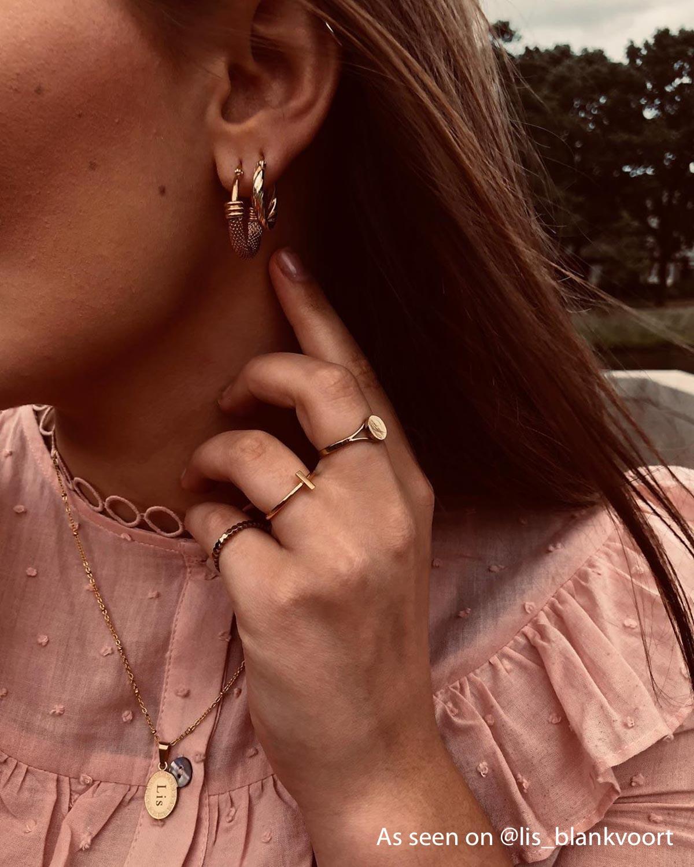 Influencer draagt gouden ring met bar